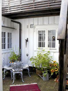 Fra kjøkkenet kommer man rett ut til en koselig liten bakgård, med potteplanter og lekre hagemøbler. Trappen fører opp til en unik takterrasse. Yards, Entryway, Houses, Windows, Outdoor, Beautiful, Entrance, Homes, Outdoors