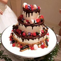 * wedding report*15 . わたしのわがままが詰まった ウェディングケーキ♡ チョコレートの掛かり具合から フルーツの種類や切り口まで 細かい発注をしてしまいましたが それ以上の物を作って頂けました♡ パティシエさん本当にありがとうございました . パーティーのあと控え室でゆっくり頂きましたが 周りのマカロンやエクレアも 本当に美味しかった . ファーストバイトのとき もっとたくさん食べさせてもらえばよかったなー . #weddingreport#wedding#2016秋婚#プレ花嫁#卒花嫁 #卒花 #2016aw #ウェディングケーキ #weddingcake #結婚式 #披露宴 #weddingparty#marry#marry花嫁