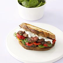 Steak-Sandwich mit Minz-Joghurt-Dressing