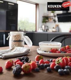 De zwarte keuken is anno 2021 heel populair. Begrijpelijk want zwart is chique, stoer, maar ook modern en industrieel! Kies voor een volledig zwarte keuken, inclusief keukenblad, of maak een mooie combi met bv. hout. Keuze te over! #zwartekeuken #industrielekeuken #modernekeuken #2021 #exlusievekeuken #keuken #keukeninspiratie #luxekeuken #populairekeuken #interieurinspiratie #wooninspiratie #stijlvollekeuken #stoerekeuken #keukenstore