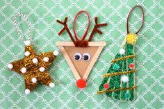 bricolage Noël enfant en bâtonnets de bois, des nettoie-pipes et des guirlandes