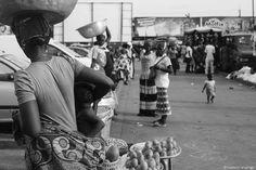 Le Kayayo, schiave antiche in un'Africa in trasformazione. Reportage fotografico dal Ghana. La storia di donne giovanissime che vivono trasportano pesi per pochi soldi.