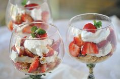 Healthy Strawberry Cheesecake Parfaits