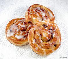 overheerlijke koffiebroodjes het recept in drie zinnen:         Croissantdeeg (3 x uitrollen en vouwen en steeds tussendoor in koelkast), uitrollen tot lap, bestrijken met banketbakkersroom, bestrooien met rozijnen en een beetje bruine basterdsuiker.       Lap oprollen, in plakken van 2,5 cm snijden, laten rijzen en in 15 minuten afbakken op 220 °C.       Na bakken bestrijken met warme abrikozenjam en dan nog glazuur er