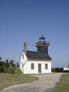 Phare de St Samson de la Roque (Eure) C'est une maison-phare construite au xixe siècle, perchée sur une falaise dominant l'estuaire à plus de 50 m avec un feu fixe blanc. En 1900, il fut électrifié avec un groupe électrogène à essence. Il est éteint depuis 1909.