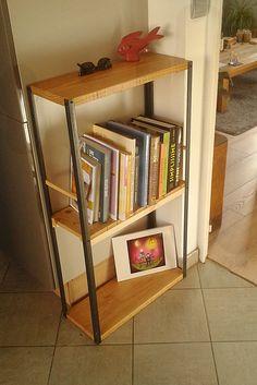 Petite étagère/bibliothèque d'angle (hauteur : 1m) pour meubler un coin de la cuisine. Faite en planches de coffrage en pin, bouts de palette, et cornières en acier.