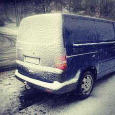 Vor einem Transport im Winter, immer früher aufstehen und den VW T5 vom Schnee befreien.