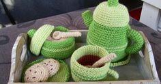 Zelfgemaakt ! haakwerkjes en meer...: Thee / koffie servies Crochet Food, Diy Crochet, Crochet Hats, Felt Food, Straw Bag, Free Pattern, Tea Pots, Sewing, Knitting