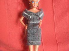 Robe gris et blanc Barbie Knitting Patterns, Barbie Patterns, Barbie Clothes, Barbie Dolls, Barbie Outfits, Hooded Cardigan, Barbie And Ken, Easy Knitting, Knit Crochet