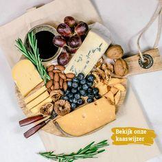 Een kaasplank is een geweldige afsluiting van de maaltijd, maar natuurlijk ook erg geschikt als gezamenlijk snackmoment met vrienden of familie. Een kaasplank is altijd een lust voor het oog en de maag. Dat laat geen enkele fijnproever onberoerd! Lees hier hoe je de perfecte borrelplank samenstelt.  #Cheese #Borrel #Combinations #DIY #Tips #Family #Dinner #New #NL #Drinks #Snacks Dairy, Cheese, Desserts, Food, Tailgate Desserts, Meal, Dessert, Eten, Meals