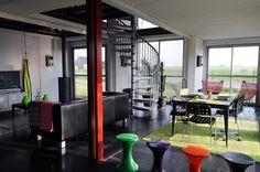 La paleta de materiales de acero galvanizado, madera y columnas de color rojo escarlata, crean un ambiente industrial con belleza y el confort para los ...