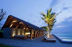 Muito legal a estrutura desse bar!! - Naman Retreat Beach Bar / Vo Trong Nghia Architects - 7