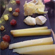 Abril. Tabla de quesos con membrillo y mermelada de pera. Restaurante Lakasa. Madrid.
