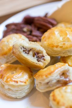 Thanksgiving appetizer: Praline and Brie Puff Pastry Bites Brie Puff Pastry, Frozen Puff Pastry, Puff Pastry Recipes, Puff Pastries, Brie Bites, Appetizer Sandwiches, Light Appetizers, Baked Brie, Thanksgiving Appetizers