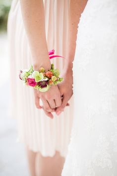 Farbenfrohe Blumenarmbänder von Blumenmädchen