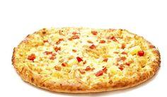 Pizza Time! Uma receita bem gostosa e diferente que substitui a massa tradicional da pizza por uma massa de pão de queijo.  www.carolcelico.com