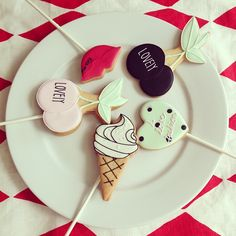 lollipop icing cookie lesson 6月 21日金曜 22日土曜 13時〜<<<4500yen>>> ロイヤルアイシングでクッキーに、デコレーションします。 そして、ロリポップクッキーに仕上げます。(4本) ♡どうぞよろしくお願い致します。
