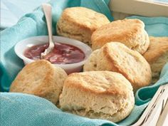 Enjoy these melt-in-your-mouth, easy-to-make classics. I made these biscuits using Hudson Cream Self Rising Flour.I still used salt and baking powder and I used butter instead of shortening.best biscuits I've ever made! Ciabatta, Yummy Snacks, Yummy Food, Baking Powder Biscuits, Buttermilk Biscuits, Homemade Biscuits, Easy Biscuits, Drop Biscuits, Fluffy Biscuits