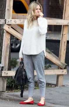 A white oversized sweater looks so casual and cool when worn with grey sweatpants. Why not complement your ensemble with a pair of red suede ballerina shoes for a dash of elegance? Best Casual Outfits, Sporty Outfits, Mode Outfits, Estilo Sienna Miller, Sienna Miller Style, Look Fashion, Autumn Fashion, Fashion Black, Fashion Boots