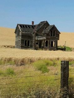 Abandoned Victorian on Emerson Loop Road near The Dalles, Oregon.