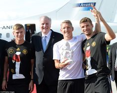 All smiles: Toni Kroos (left), Thomas Muller (right) and Schweinsteiger (second right) pose with Bavaria's State Premier Horst Seehofer. WM 2014