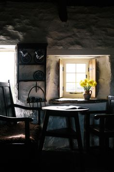 Welsh House - The Sun Shone In Through The Windows Each Morning And The Daffodils Waved Their Golden Faces And Smiled Over Our Breakfast Table. Welsh Cottage, Cottage Style, Cottage Kitchens, Cottage Homes, Open Kitchens, Cabana, Primitive Kitchen Decor, Rustic Kitchen, Cottage Windows