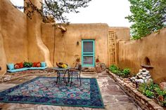 A Small Courtyard In Santa Fe, New Mexico - This enclosed patio displays a lot… Spanish Style Homes, Spanish House, Spanish Revival, Santa Fe Home, Pintura Exterior, Mud House, New Mexico Homes, Small Courtyards, Mexico Style