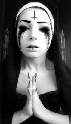 Looking for for inspiration for your Halloween make-up? Check out the post right here for cute Halloween makeup looks. Video Halloween, Nun Halloween, Cute Halloween Makeup, Halloween Cosplay, Halloween Make Up Scary, Female Halloween Costumes, Demon Makeup, Creepy Makeup, Sfx Makeup