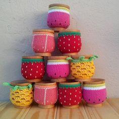 mate con funda a crochet Crochet Decoration, Crochet Home Decor, Crochet Art, Crochet Gifts, Crochet Toys, Crochet Designs, Crochet Patterns, Crochet Jar Covers, Crochet Coffee Cozy