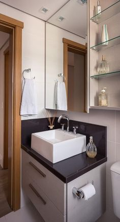 lavabo com prateleira de vidro e espelho