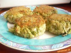 Brokolicové karbenátky s nivou Brokolice,niva,tvrdý sýr,vejce,strouhanka Brokolici uvaříme asi 10min ve slané vodě.Po vychladnutí nakrájíme na kousky(já mačkala vidličkou a příště už budu také krájet),přidáme nastrouhané sýry(na hrubo),vejce a dle potřeby přidáme strouhanku,potom pouze obalíme ve strouhance.