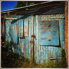 Blue. House. Blauw huis. Schuur.