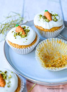 Rezept: Möhrenmuffins mit Cream Cheese Frosting und Pistazien   waseigenes.com Marzipan, Cupcakes, Blog, Crochet Crafts, Pistachios, Cupcake Cakes, Blogging, Cup Cakes, Muffin