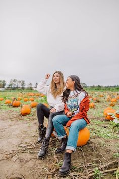 How to Pose at a Pumpkin Patch: 8 Poses You Can Try – Pumpkin Patch photo shoot – Craven Farms – Pumpkin Patch poses – pumpkin patch outfit ideas – Fall in the Pacific Northwest - pumpkin patch outfit women - pumpkin patch outfit women fall The Farm, Holiday Outfits Women, Cute Fall Outfits, Halloween Outfits, Spring Outfits, Pumpkin Farm, Cute Pumpkin, Fall Pictures, Fall Photos
