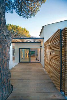 Maison WP | Vincent Coste Architecte, séparation extérieur bois, métal, superbe