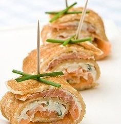 salmon cream cheese with thin sliced avocado and some spinach! Uses Superfoods Salmon and Avocado. Savoury Pancake Recipe, Savory Pancakes, Pancake Recipes, Appetizer Recipes, Snack Recipes, Healthy Recipes, Canapes Catering, Pancake Roll, Tea Sandwiches