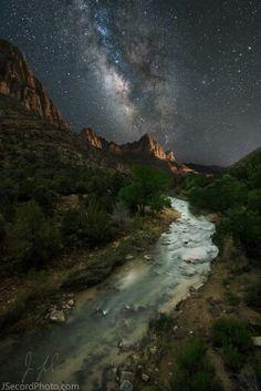 Bela imagem feita por Jon Secord, mostra a Vai Láctea sobre o Parque Nacional Zion em 19 de Maio de 2015.
