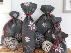 """Kolekce+designových+dárkových+pytlíků+Kolekce+dárkových+vánočních+pytlíků.+Zabalte+letos+všechny+dárky+bez+obtíží.+Po+Vánocích+pytlíky+uložíte+a+i+příští+rok+máte+vystaráno!+Sadu+tvoří+pět+pytlíků+rozdílných+velikostí.+Rozměry:+""""S""""+/+cca16+x+24+cm+""""S+long""""+/+cca16+x+50+cm+""""M""""+/+cca30+x+45+cm+""""L""""+/+cca44+x+55+cm+""""XL""""+/+cca55+x+68+cm+Pytlíky..."""