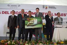 El alcalde Alfonso Martínez participó en elReconocimiento al Maestro Michoacano, marco en cual alrededor de mil 800 docentes fueron condecorados por sus años de servicio en las instalaciones del Estadio ...