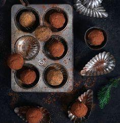 De här chokladbollarna blir extra lyxiga med glögg med chokladsmak. Men du kan också använda vanlig glögg. Tillagningstid: 30 minuter + tid i kylskåpet cirka 3 timmar