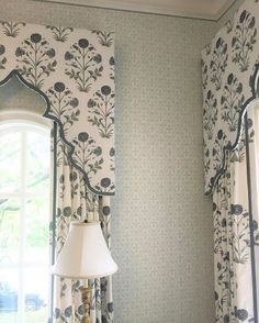 Ideas bedroom window treatments blinds cornice boards for 2019 Bedroom Curtains With Blinds, Curtains Living, Window Curtains, Burlap Curtains, Window Seats, Window Boxes, Pelmet Box, Curtain Pelmet, Drapery