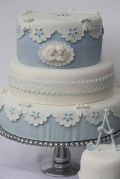 BOLO DE BATIZADO: 10 ideias de bolo que vão te dar água na boca #4   Indian Weddings Inspirations. Blue Wedding Cake. Repinned by #indianweddingsmag indianweddingsmag.com