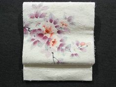 This is a fashionable opened Hige Tsumugi Nagoya obi with charming flower design, which is dyed.  The yarns are coming out like 'hige'(beards).