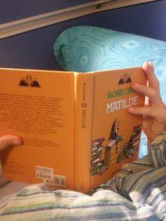 #cosastoleggendooggi  #matilde  #roalddahl Matilde di Rohal Dahl  Inizialmente ero indecisa se far leggere mio figlio questo libro. Rispetto al film che tutti conosciamo, il libro presenta tratti, che se non letti comprendendo il carattere grottesco dell'autore, potrebbero disturbare (io,  che sono molto sensibile al tema della violenza sui bambini, non ho potuto non immaginare con raccapriccio certe scene).   Nelle sue storie il bambino protagonista è spesso oppresso dalla povertà, dalle…