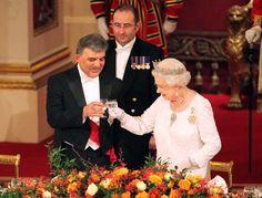 Pin for Later: Les Moments les Plus – et les Moins – Royaux de la Reine Elizabeth II Moment Royal: Quand Elle Trinque à un Banquet