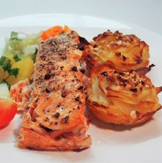 Oven baked salmon seasoned with sea salt and peppers, served with garlic potato cakes. Oven Baked Salmon, Potato Cakes, Sea Salt And Pepper, Root Vegetables, Fish And Seafood, Side Dishes, Garlic, Turkey, Potatoes