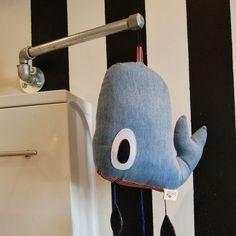 DIY drejeligt ophæng af vandrør til uro over væghængt puslebord