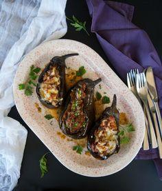 Το πιάτο της Πόλης που έκανε τον ιμάμη να λιποθυμήσει απ' το άρωμα και τη νοστιμιά. Ιμάμ μπαϊλντί, ιστορίες, εμπνεύσεις, πατρότητες και το μυστικό για να το κάνετε ελαφρύ. Greek Recipes, Sausage, Pork, Meat, Kale Stir Fry, Sausages, Greek Food Recipes, Pork Chops, Greek Chicken Recipes