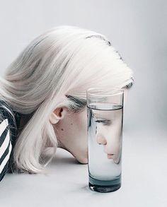 Ideas For Photography Creative Portrait Paint Glass Photography, Self Portrait Photography, Photo Portrait, Reflection Photography, Photography Poses, Distortion Photography, Photography Reflector, Expressions Photography, Indoor Photography