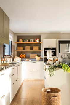 00456664. Cocina en blanco y gris con baldas abiertas de madera 00456664